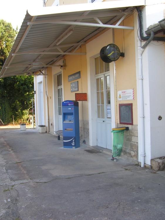 Vue de la gare côté quai avec billeterie uniquement TER Bourgogne