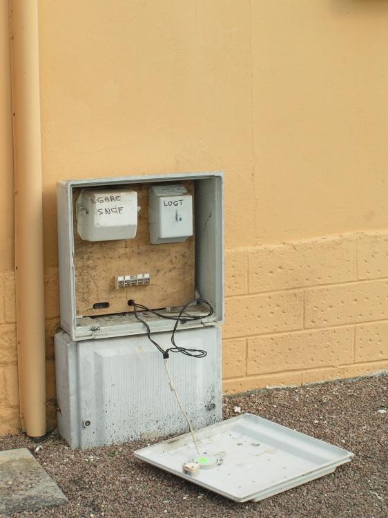 Compteur électrique ouvert devant la gare