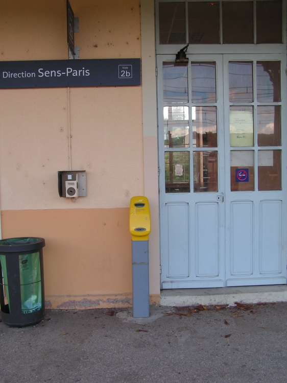 Composteur sur le quai Sens-Paris