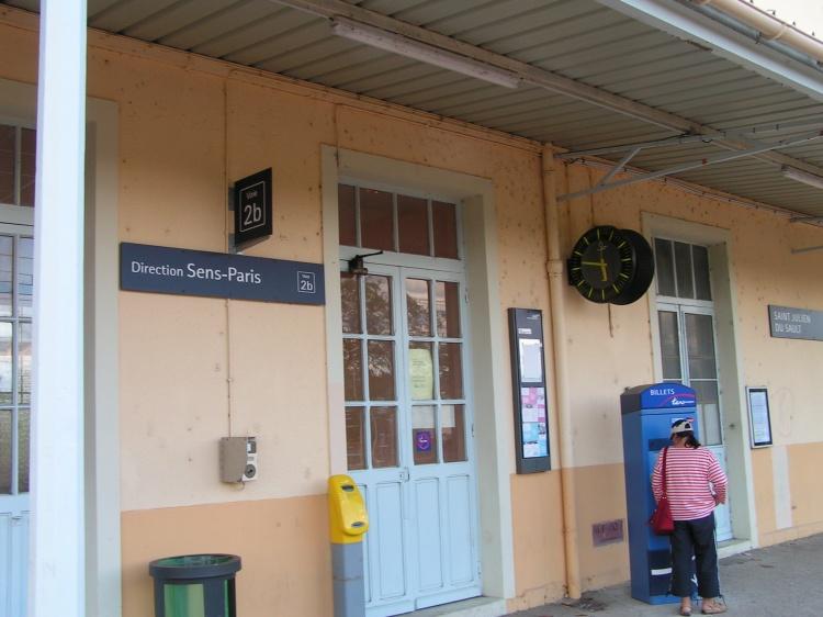 Gare vu de l\'accès Sens-Paris