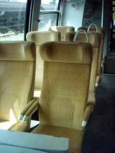 Tablette pliante au niveau des sièges en vis à vis.